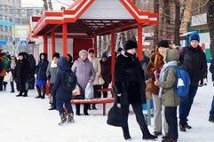 站立在公共汽车站的人们! 图库摄影