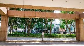 站立在公园的一个人在新加坡 免版税图库摄影