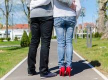 站立在公园的夫妇 免版税库存图片