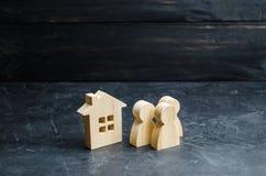 站立在公寓附近的一群人 买或卖住房和不动产 买房子的借贷 图库摄影