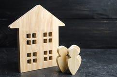 站立在公寓附近的一群人 买或卖住房和不动产 买房子的借贷 Ownersh 库存照片