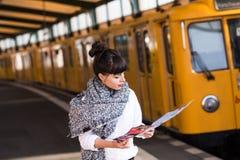 站立在公开电车轨道的妇女 图库摄影