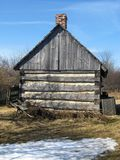 站立在农场的老谷仓 免版税库存照片