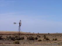 站立在农村澳大利亚农田里的风车 库存图片