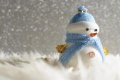 站立在冬天圣诞节雪背景中的愉快的雪人 圣诞快乐和新年好贺卡与拷贝空间 免版税库存照片
