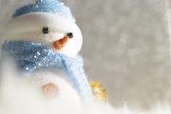 站立在冬天圣诞节雪背景中的愉快的雪人 圣诞快乐和新年好贺卡与拷贝空间 免版税库存图片