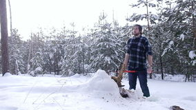 站立在冬天森林,蒸汽里的疲乏的伐木工人从他的嘴出来 股票视频
