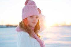 站立在冬天领域的模型画象 免版税库存图片
