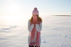 站立在冬天领域的模型画象 免版税图库摄影