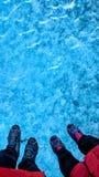 站立在冰川冰面佩带的起重吊钩的夫妇 免版税图库摄影