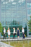 站立在办公室前面的企业队 免版税库存图片