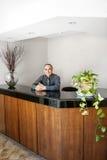站立在办公室招待会的微笑的人 免版税库存照片