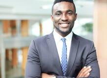 站立在办公室的成功的非裔美国人的商人商人 库存照片