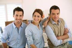 站立在办公室的年轻businessteam 免版税库存图片