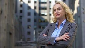 站立在办公楼,事业成功之外的美丽的成熟的商业夫人 股票视频