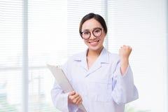 站立在医院的亚裔妇女医生画象  免版税库存图片