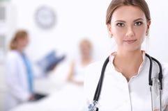站立在医院的妇女医生画象 免版税库存照片