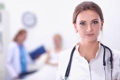 站立在医院的妇女医生画象 图库摄影