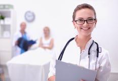 站立在医院的妇女医生画象 免版税库存图片