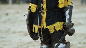 站立在卫兵的钢装甲的中世纪骑士在古城附近门  股票视频