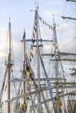 站立在口岸的游艇帆柱在Ta的结局期间 免版税库存照片