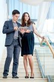 站立在台阶的一个年轻人和少妇 免版税库存照片