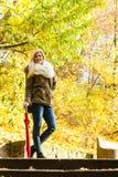 站立在台阶的妇女在秋天公园 库存照片