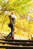 站立在台阶的妇女在秋天公园 图库摄影
