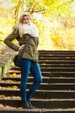 站立在台阶的妇女在秋天公园 免版税图库摄影