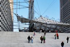 站立在台阶的未认出的人在拉德芳斯 库存图片