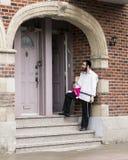 站立在台阶的Hasidic正统犹太人父亲抱着逗人喜爱的红发婴孩 库存图片