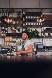 站立在咖啡馆的年轻企业主 库存照片