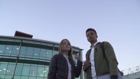 站立在商业中心的背景的人种间夫妇画象  影视素材