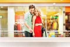 站立在商城的典雅的夫妇 库存图片