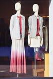 站立在商店窗口显示的时装模特 免版税图库摄影