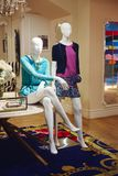 站立在商店窗口显示的时装模特 库存图片