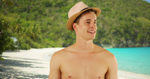 站立在圣约翰海岛海滩的年轻白种人男性特写镜头画象  库存照片