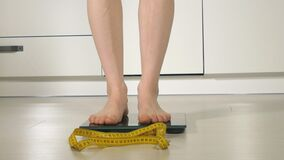 站立在地板上的等级的妇女脚 影视素材