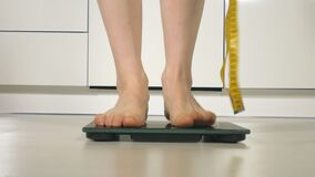 站立在地板上的等级的妇女脚 股票视频