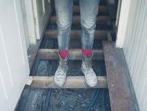 站立在地板安装托梁的工作者的脚 库存照片
