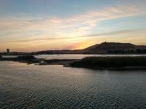 站立在埃及游轮上甲板的观看的日出 免版税库存图片