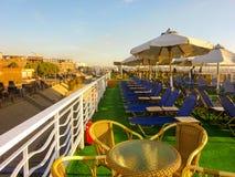 站立在埃及游轮上甲板的观看的日出 库存照片