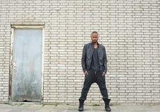 站立在城市环境里的非裔美国人的时装模特儿 免版税库存图片