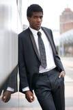 站立在城市的一个英俊的年轻非裔美国人的人的画象 免版税图库摄影