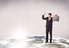 站立在城市风景前面的人 免版税库存照片
