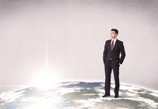 站立在城市风景前面的人 免版税库存图片