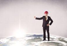 站立在城市风景前面的人 免版税图库摄影
