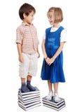站立在书的二个孩子 库存图片