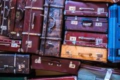 站立在堆的老葡萄酒手提箱 免版税库存图片