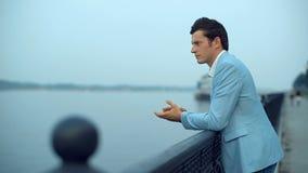 站立在堤防的年轻时尚人 股票视频